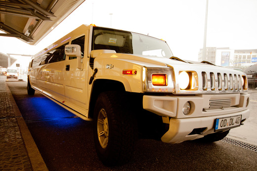 Luxus Stretchlimousine mit Chauffeur Hummer H2 in Wei&szlig; f&uuml;r Hamburg und L&uuml;beck und Umgebung