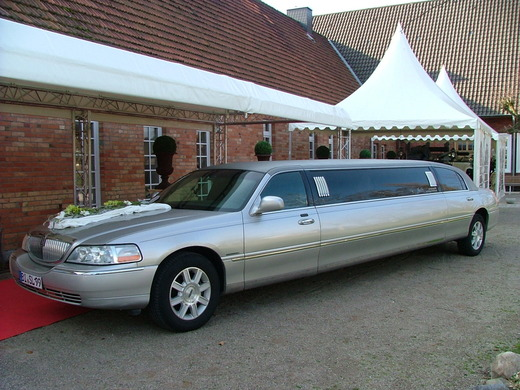Stretchlimousine - Ford Lincoln Town Car, neuestes Modell,  mit Chauffeurin