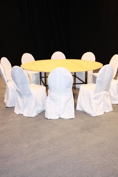 10 elegante st hle mit wei en hussen und rundem tisch mit. Black Bedroom Furniture Sets. Home Design Ideas