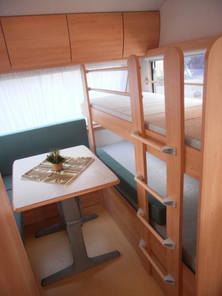wohnwagen mit hochbet m bel und heimat design inspiration. Black Bedroom Furniture Sets. Home Design Ideas
